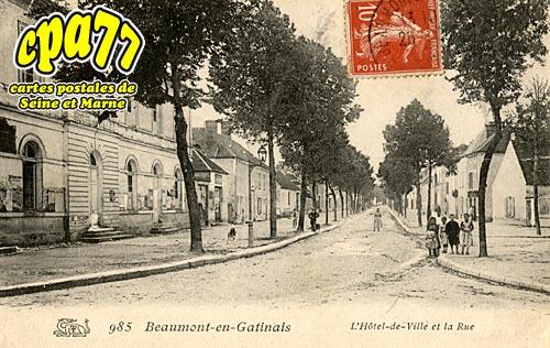 Beaumont Du Gâtinais - L'Hôtel-de-Ville et la Rue