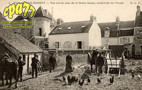 Brie Comte Robert - Vue sur la cour de la ferme Galpin, boulevard de l'Ouest