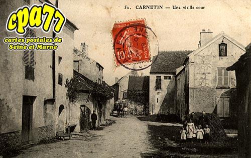 Carnetin - Une vieille cour