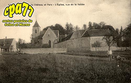 Féricy - Un coin du Château et Parc - L'Eglise, vue de la Vallée