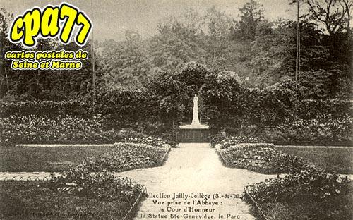 Juilly - Le Collège - Vue prise de l'Abbaye : la Couir d'Honneur, la statue Ste-Geneviève, le Parc