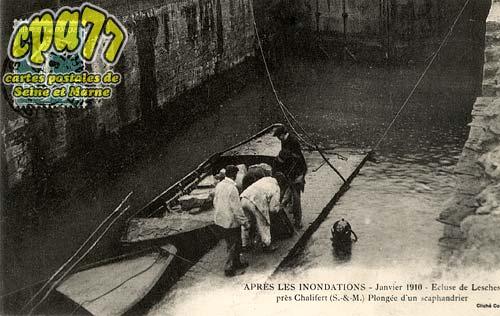 Lesches - Après les Inondations - Janvier 1910 - Ecluse de Lesches près Chalifert (S.-&-M.) - Plongée d'un scaphandrier