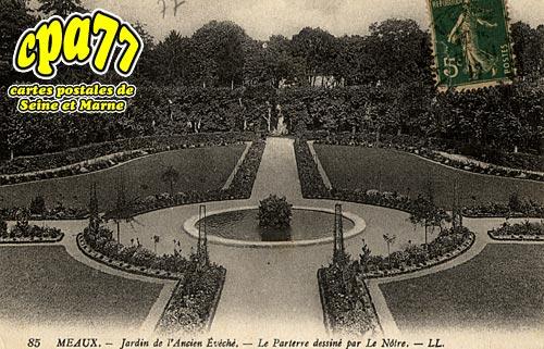Meaux - Jardin de l'Ancien Evêché - Le Parterre dessiné par Le Nôtre