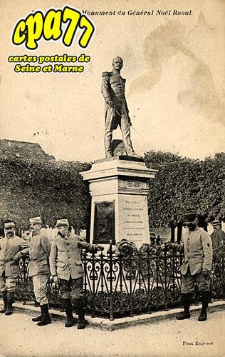 Meaux - Monument du Général Noël Raoult