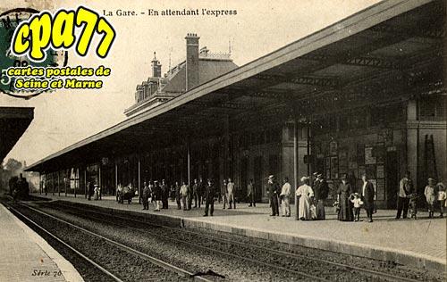 Meaux - La Gare - En attendant l'Express