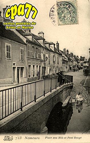 Nemours - Place aux Blés et Pont Rouge