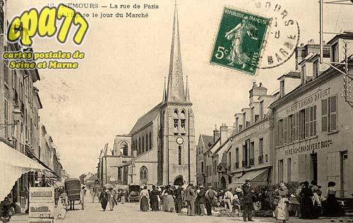 Nemours - La Rue de Paris et l'Eglise le jour du Marché