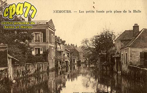Nemours - Les Petits Fossés pris place de la Halle