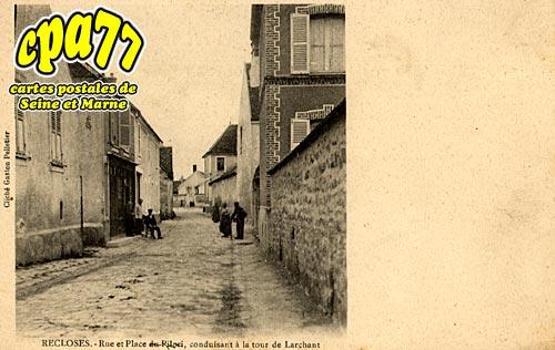 Recloses - Rue et Place du Pilori, conduisant à la tour de Larchant