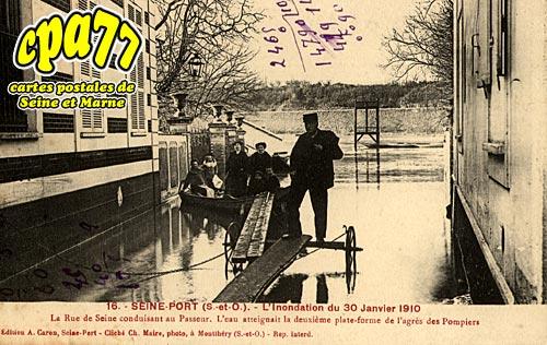Seine Port - L'Inondation du 30 Janvier 1910 - La Rue de Seine conduisant au Passeur. L'eau atteignait la deuxième plate-forme de l'agrès des Pompiers (en l'état)