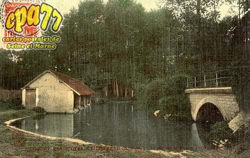 Thoury Férottes - Lavoir sur la rivière