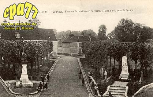 Tournan En Brie - La Place, Monuments du Docteur Forgemol et des Morts pour la France