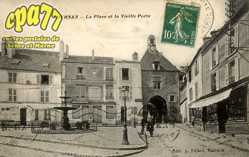 Tournan En Brie - La Place et la Vieille Porte
